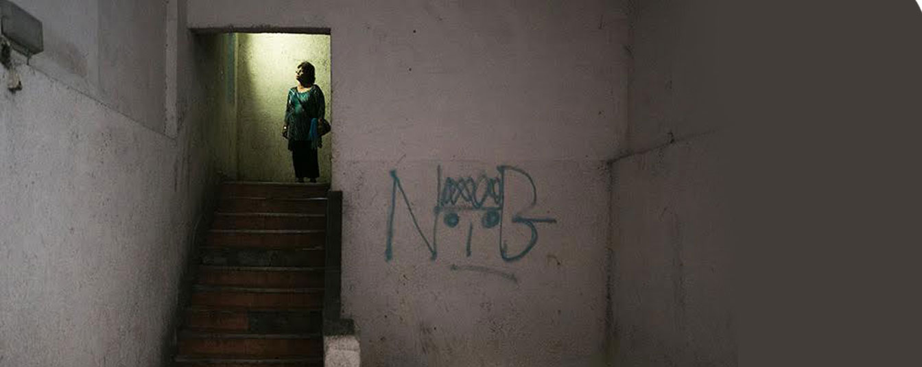 אשה מבוגרת בחדר מדרגות בדרום תל אביב
